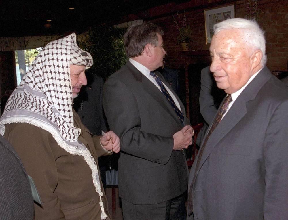 Арафат и будущий премьер-министр Израиля Ариэль Шарон воевали друг с другом с 1960-х годов. Сложив оружие, они продолжили противостояние уже на политическом поприще. На фото: Арафат и Шарон на переговорах в США, 1998 год