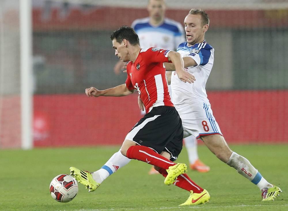 Игрок сборной Австрии Кристоф Ляйтгеб и против российского полузащитника Дениса Глушакова