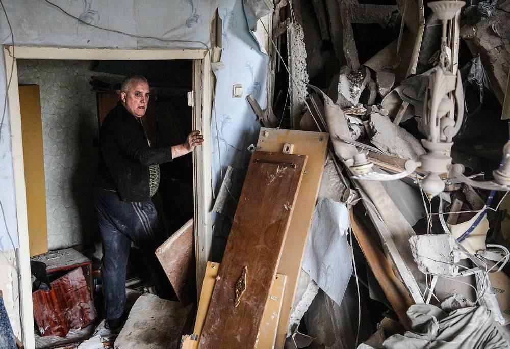 Число внутренне перемещенных лиц оценивается в 460 тыс., еще 509 тыс., по данным ООН, бежали в соседние страны, главным образом в Россию. На фото: разрушенный дом в Горловке Донецкой области