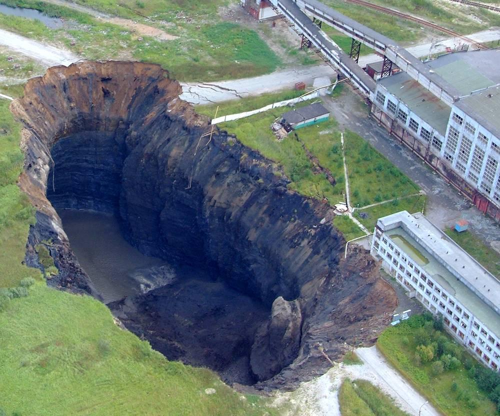 """Воронка, образованная в результате провала земной поверхности на месте аварийно затопленного рудника компании """"Уралкалий"""" в городе Березники, 2007 год"""