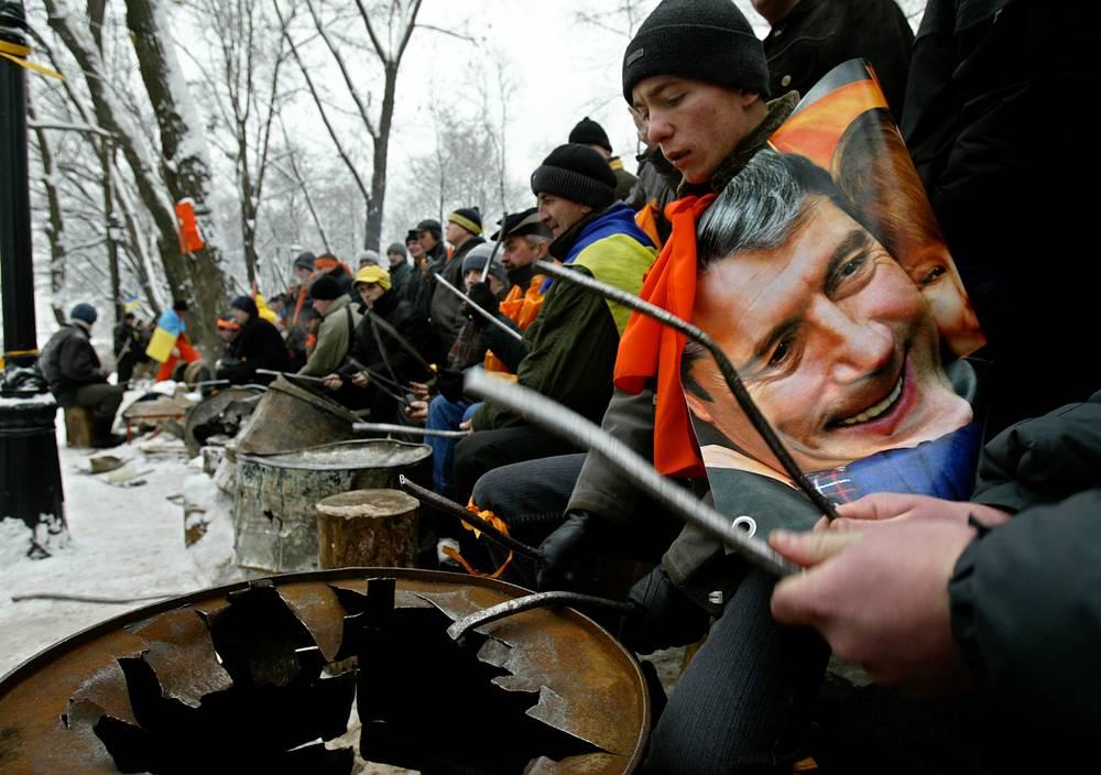 25 ноября Верховный суд Украины запретил ЦИК публиковать результаты выборов, пока не будут рассмотрены все жалобы и иски. В тот же день сторонники Ющенко подали иск в Верховный суд о признании итогов голосования недействительными. На фото: сторонники Ющенко во время митинга, Киев, 30 ноября 2004 года