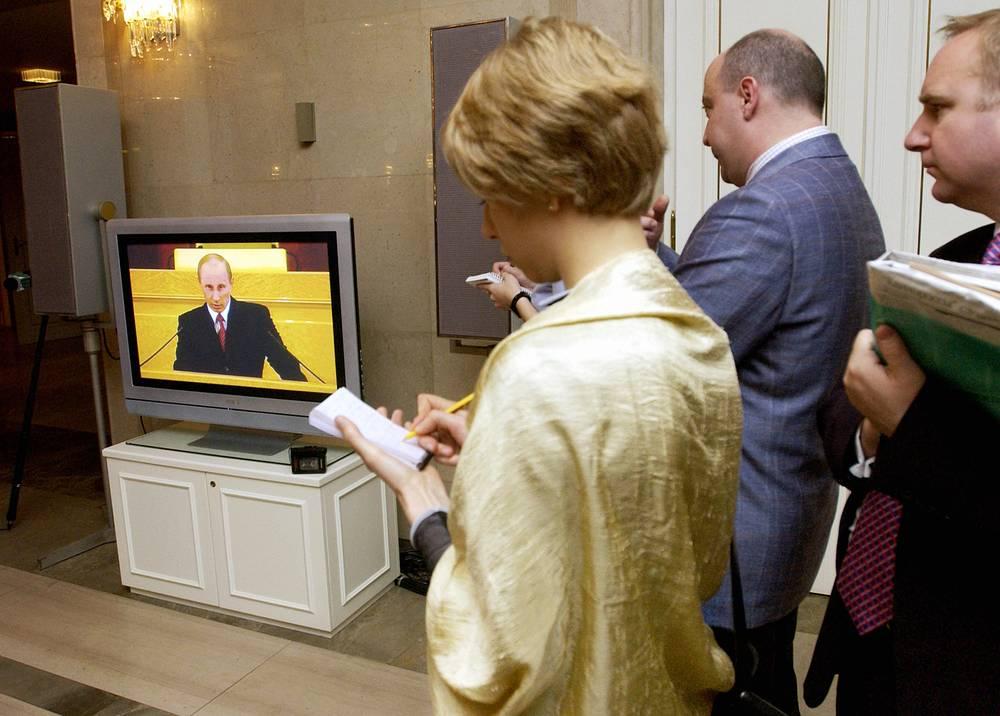 Среди основных задач, поставленных президентом в 2005 году, отмена налога на наследуемое или получаемое в дар имущество, упрощение порядка оформления объектов жилой недвижимости, упрощение процедуры декларации накопленного капитала, выдвижение кандидатуры губернатора от победившей на выборах в регионе партии. На фото: журналисты следят за прямой трансляцией обращения Владимира Путина, 25 апреля 2005 года