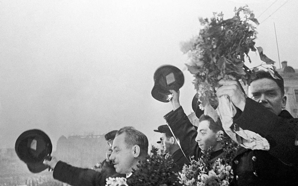 Митинг на Комсомольской площади, посвященный встрече победителей Северного полюса. Слева направо: Иван Папанин, Евгений Федоров и Эрнст Кренкель, 1938 год