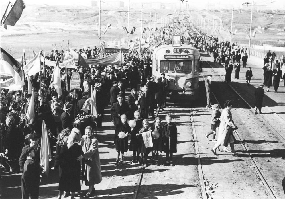 В 1955 году открылся Коммунальный мост, соединивший наиболее развитую правобережную часть города с левобережной. По нему прошли новые трамвайные маршруты