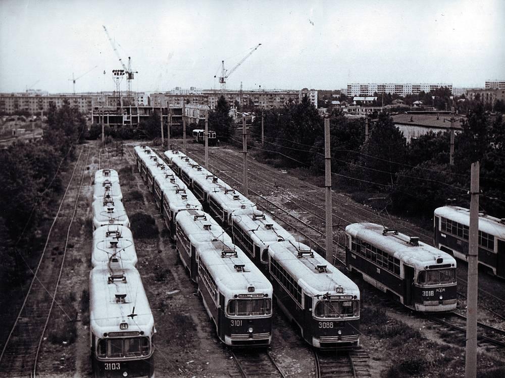 Правобережное (Октябрьское) трамвайное депо, трамвайные пути готовности парка на выпуск. 1979 г.
