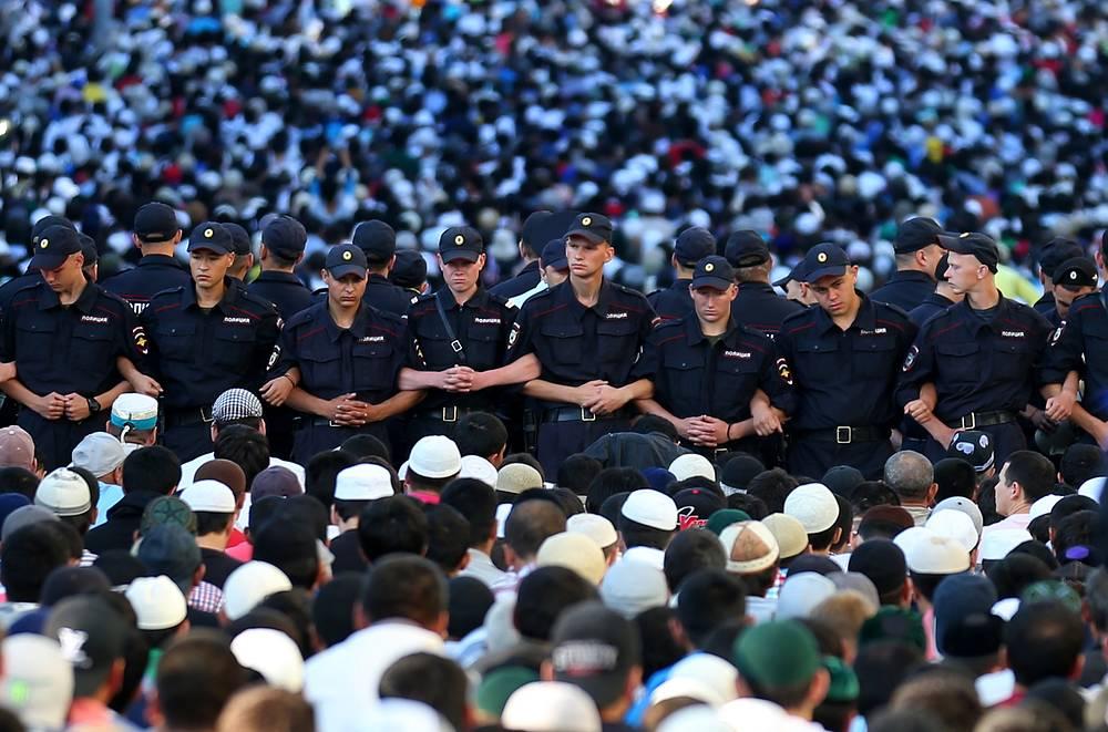 28 июля. Полиция во время торжественного намаза мусульман по случаю праздника Ураза-байрам (праздника разговения) у Соборной мечети в Москве. В России ислам - вторая по числу верующих религия. По данным главы Совета муфтиев России Равиля Гайнутдина за 2013 год, на территории РФ проживают не менее 23 млн мусульман, представляющих 38 народов. В Москве насчитывается около 2 млн мусульман