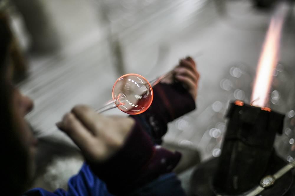 Мастера завода делают игрушки по стеклодувной технологии, которая была известна еще в Средние века