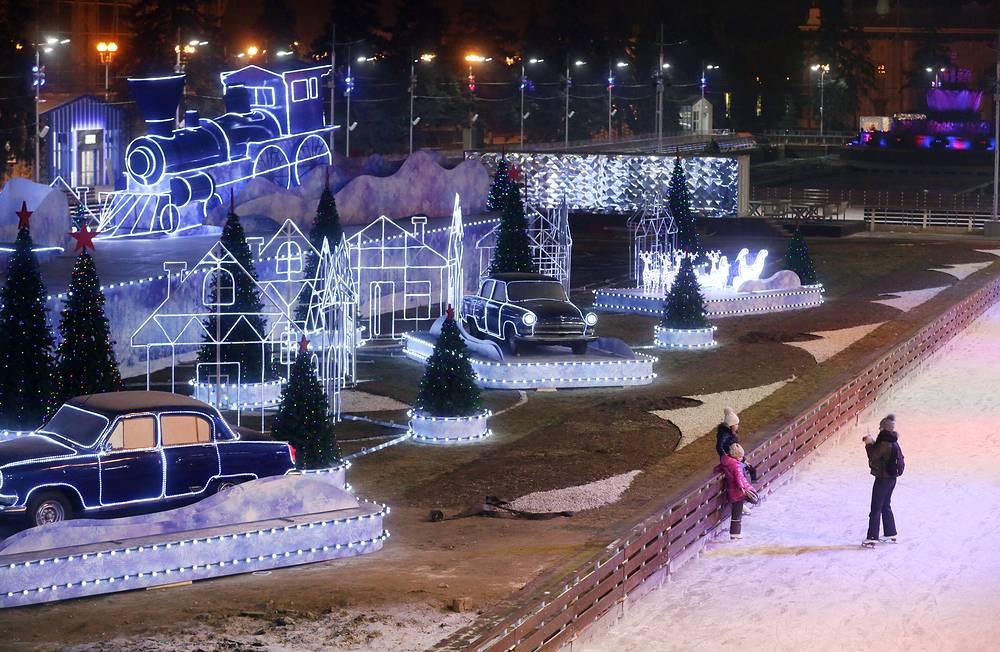 27 ноября в Москве на ВДНХ открылся самый большой в мире искусственный каток. Площадь ледового покрытия составляет 20,5 тыс. кв м