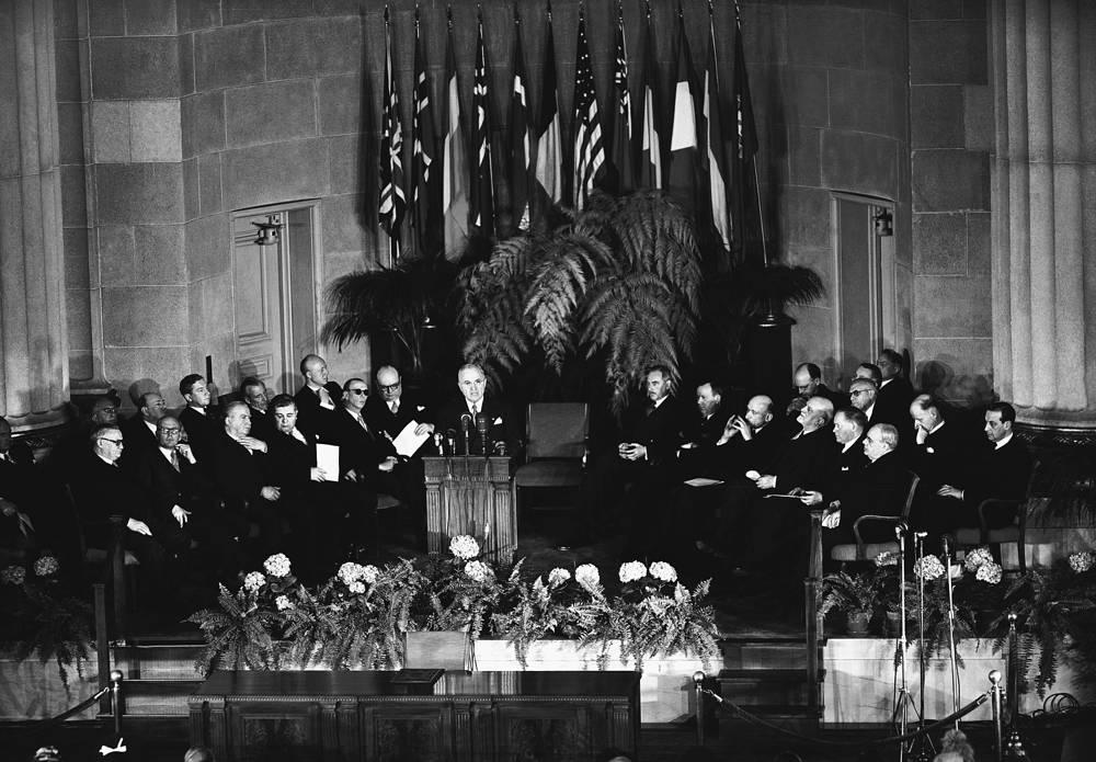 В 1949 году главы МИД 12 стран подписали Североатлантический договор. На фото: президент США Гарри Трумэн и главы делегаций 12 стран во время подписания договора, 4 апреля 1949 года