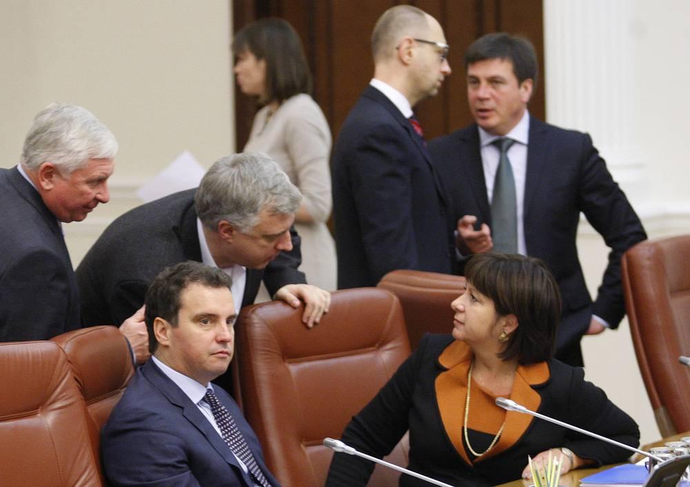 Министр экономического развития и торговли Украины Айварас Абромавичус и министр финансов Украины Наталья Яресько (оба на первом плане) на первом заседании нового кабинета министров