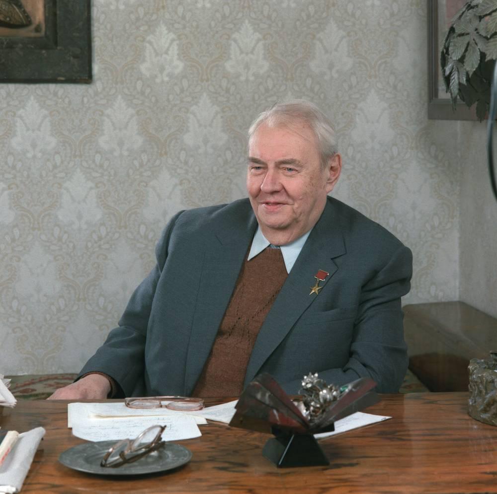 """Главный редактор журнала """"Огонек"""" Анатолий Владимирович Софронов, 1985 год"""
