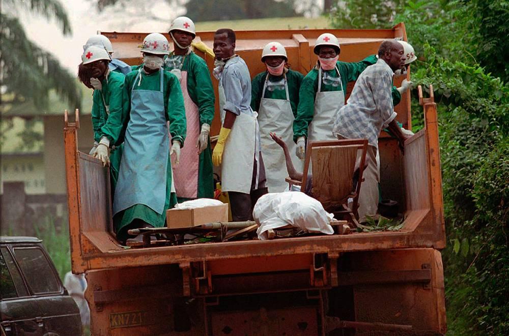 Вирус Эбола принадлежит к семейству филовирусов. За время существования инфекции выявлено пять подтипов - суданский, заирский, кот-д'ивуарский, рестонский, бундибугио. На фото: врачи Красного Креста ДР Конго работают с пострадавшими от лихорадки Эбола в городе Киквит, 1995 год