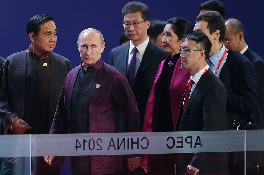 Президент России Владимир Путин перед торжественным приемом от имени председателя Китайской Народной Республики Си Цзиньпина и Пэн Лиюань в честь лидеров экономик форума АТЭС