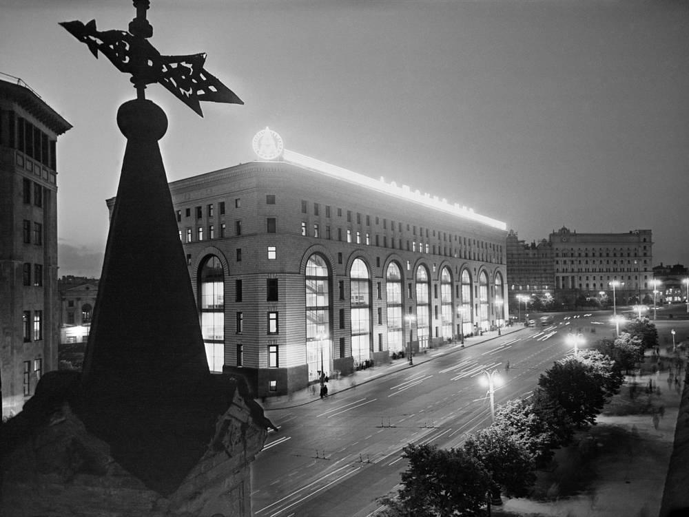 """Здание имело несколько входов и насчитывало от шести (со стороны площади Дзержинского) до восьми (с улицы Жданова) этажей. """"Детский мир"""", 1957 год"""