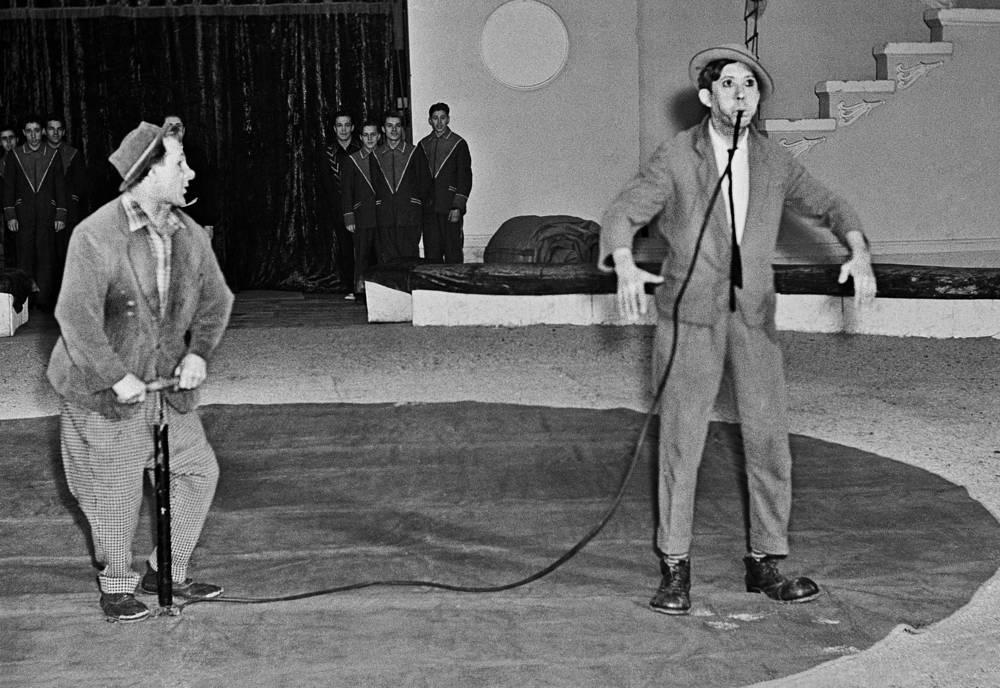 Клоуны Михаил Шуйдин и Юрий Никулин на арене цирка, 1963 год