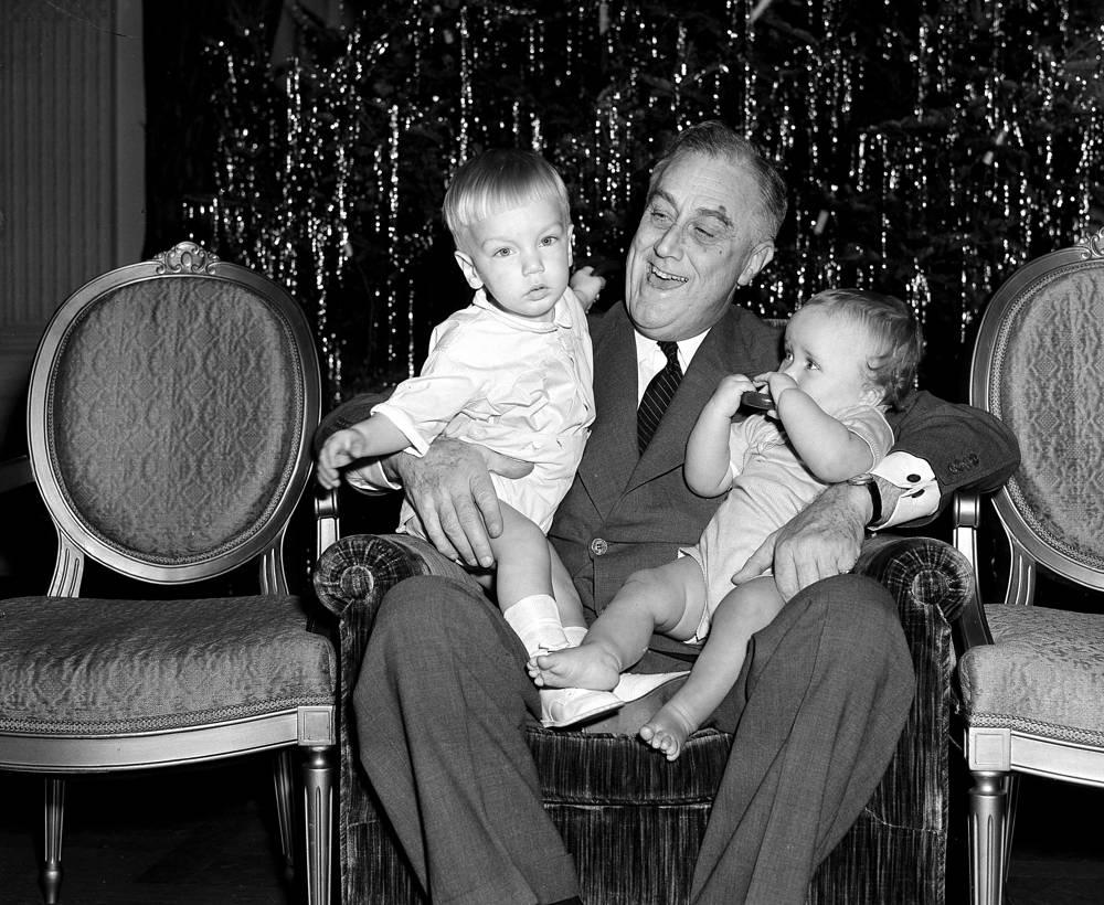 Президент США Франклин Д. Рузвельт с внуками Франклином и Джони в Восточном зале Белого дома в Вашингтоне, 1939 год