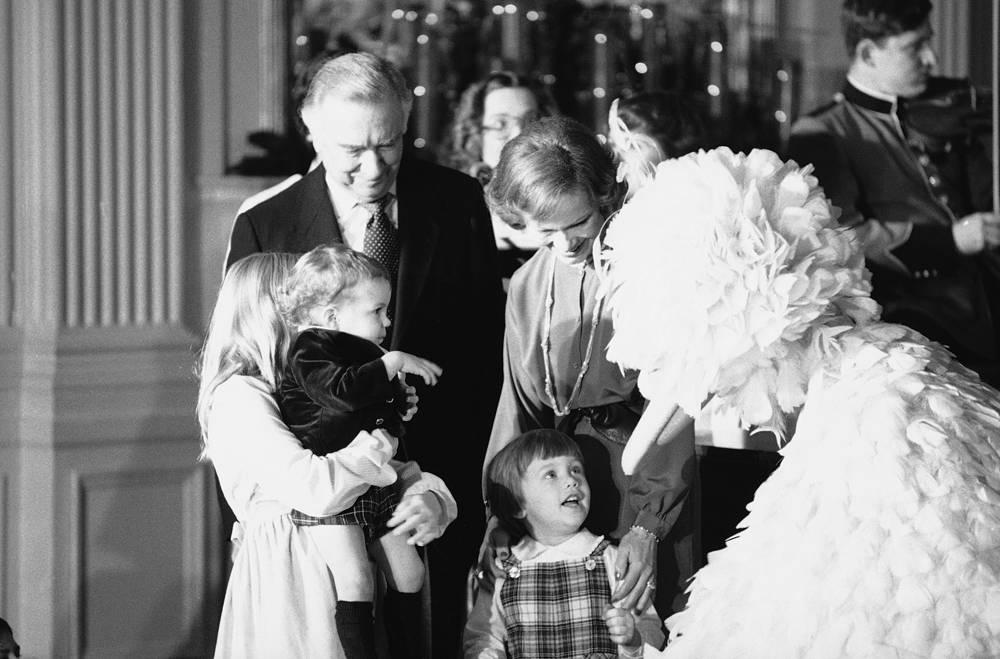 Рождественская вечеринка для детей дипломатов в Белом доме, 1978 год. Первая леди США Розалин Картер с дочерью Эми
