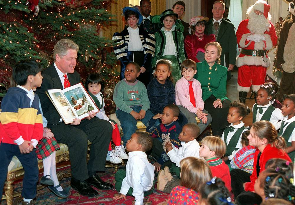 """Президент США Билл Клинтон читает книгу """"Рождество на пороге"""" на детском приеме в Белом доме, 1995 год"""