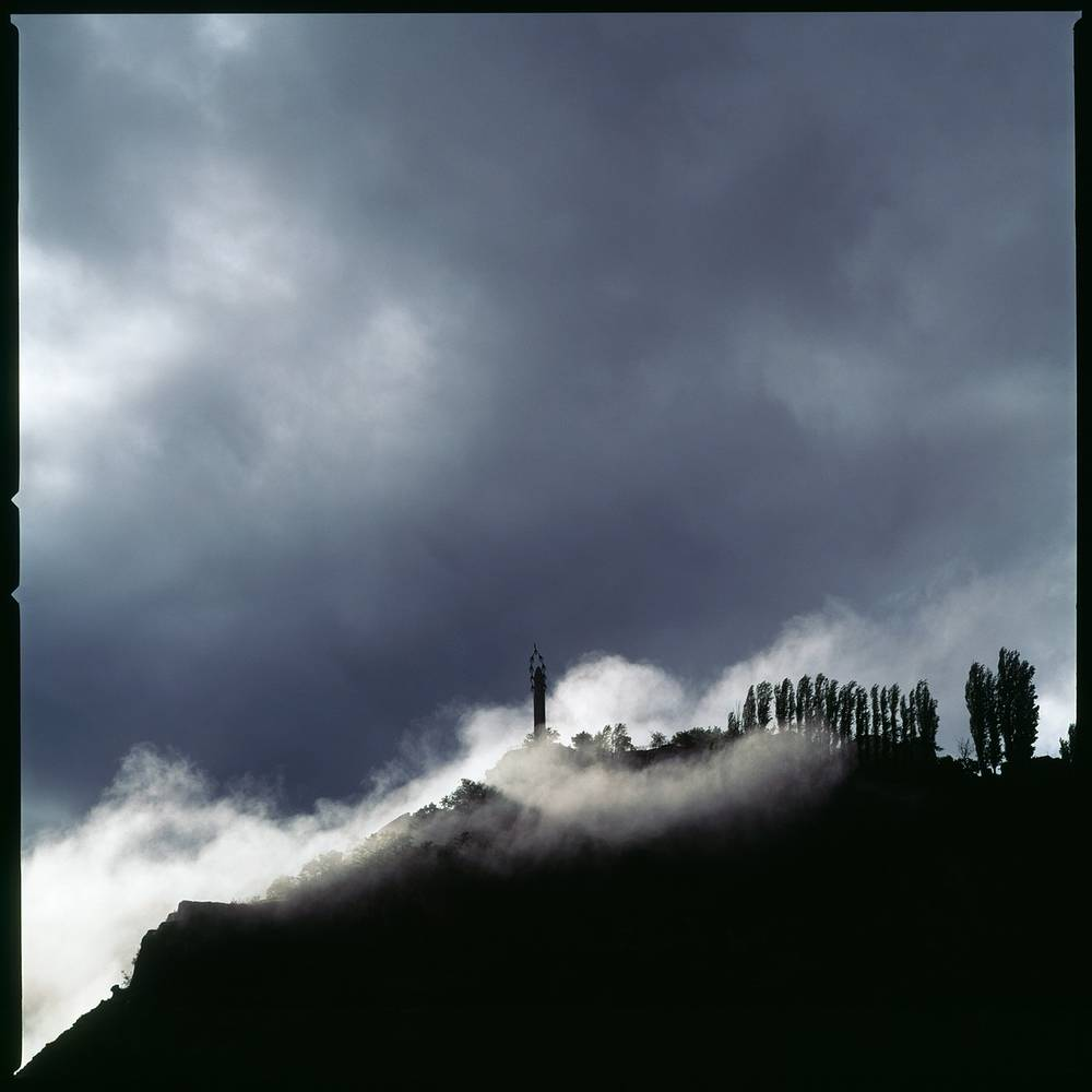 Дагестан. Аул Гуниб. Сквозь рваные клочья тумана проступает единственный в своем роде памятник стихотворению — стела, посвященная «Журавлям» Расула Гамзатова.