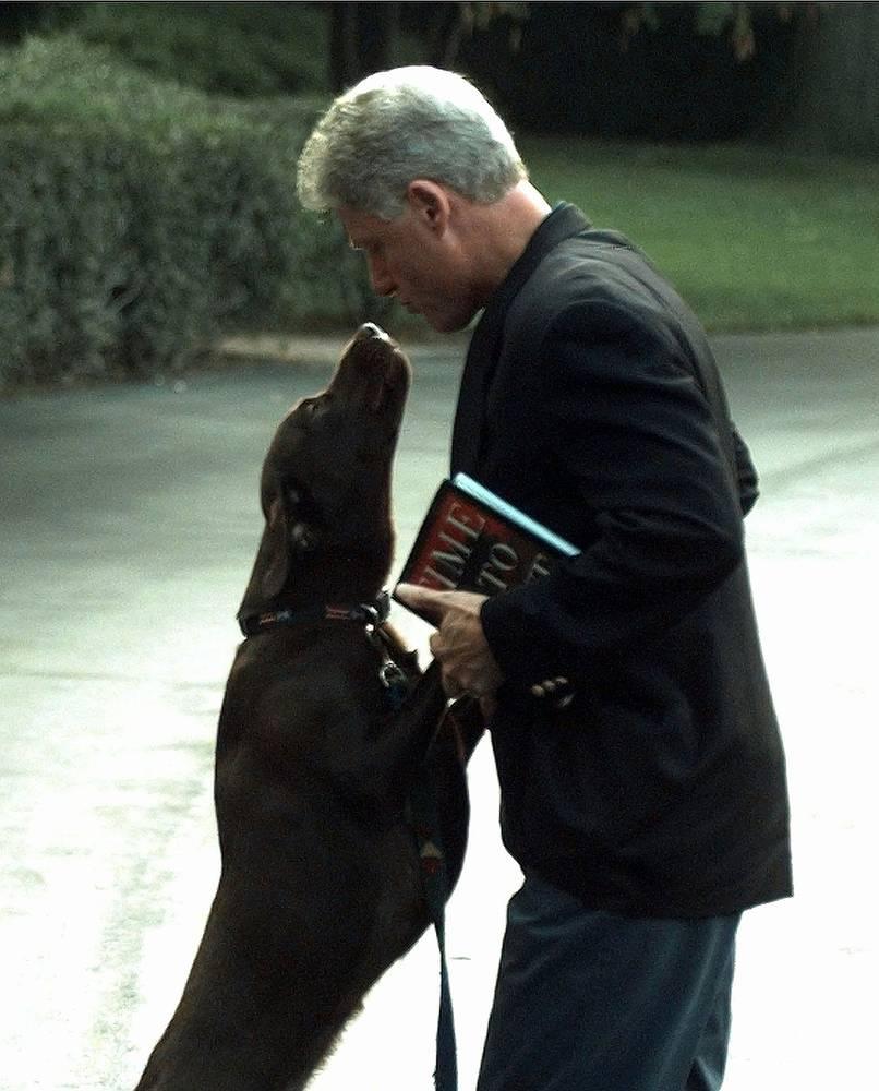 Президент США Билл Клинтон и его собака Бадди, 1998 год