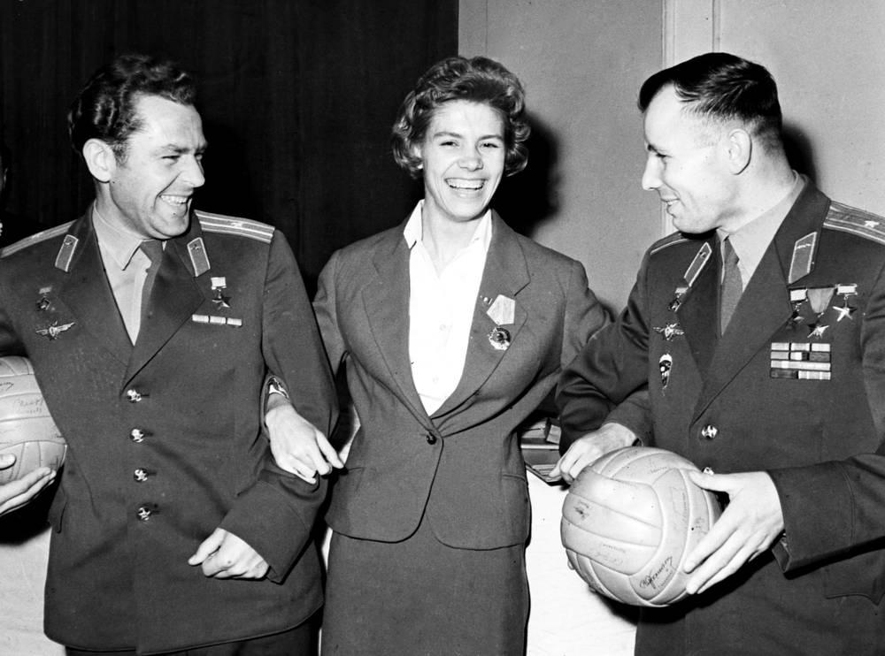 Космонавты Юрий Гагарин (справа) и Герман Титов с Ларисой Латыниной, 1962 год. За свою жизнь Латынина была награждена пятью орденами СССР, тремя орденами РФ, орденом Украины, Олимпийским орденом МОК