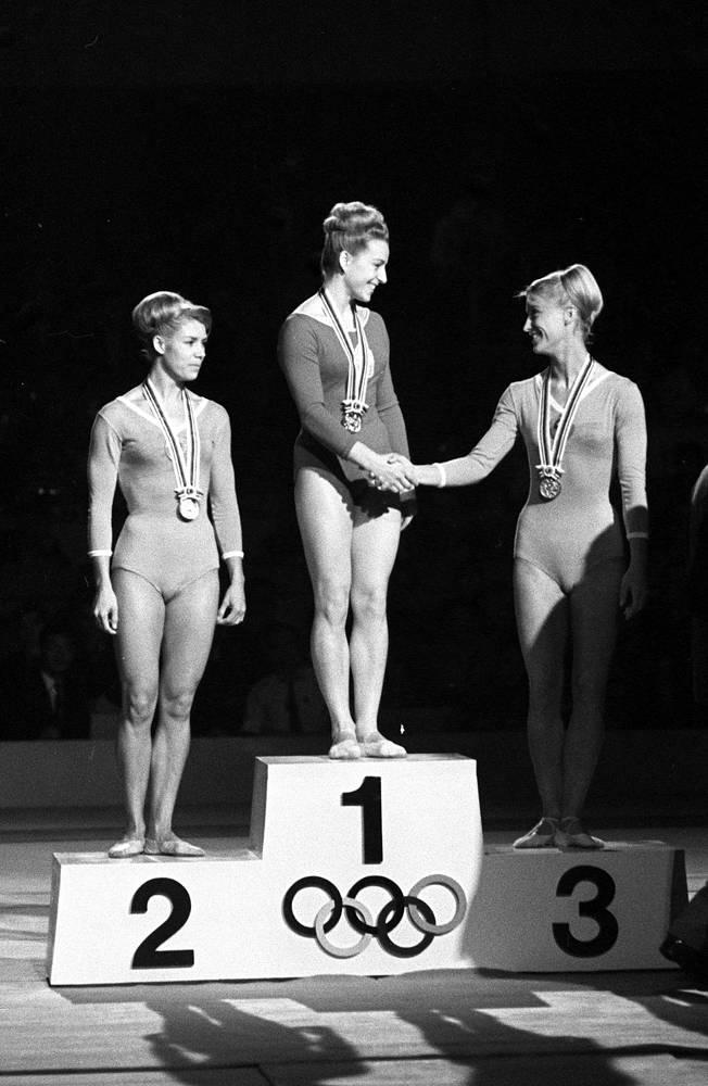 XVIII Олимпийские игры в Токио, 1964 год. Призеры соревнований в гимнастическом многоборье (слева направо) Лариса Латынина (СССР) - второе место, олимпийская чемпионка Вера Чаславская (Чехословакия) и Полина Астахова (СССР) - третье место