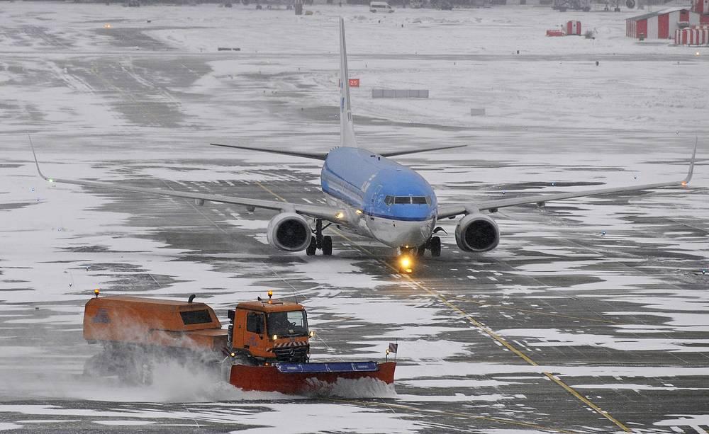 Снегоуборочная техника на взлетно-посадочной полосе в международном аэропорту Шереметьево