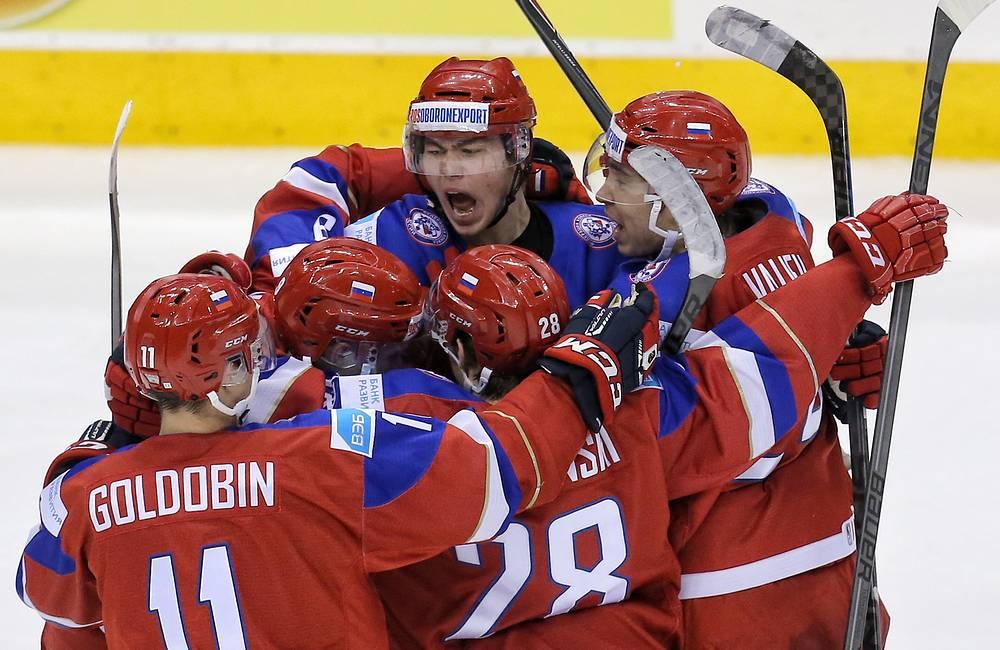 Хоккеисты сборной России празднуют заброшенную шайбу