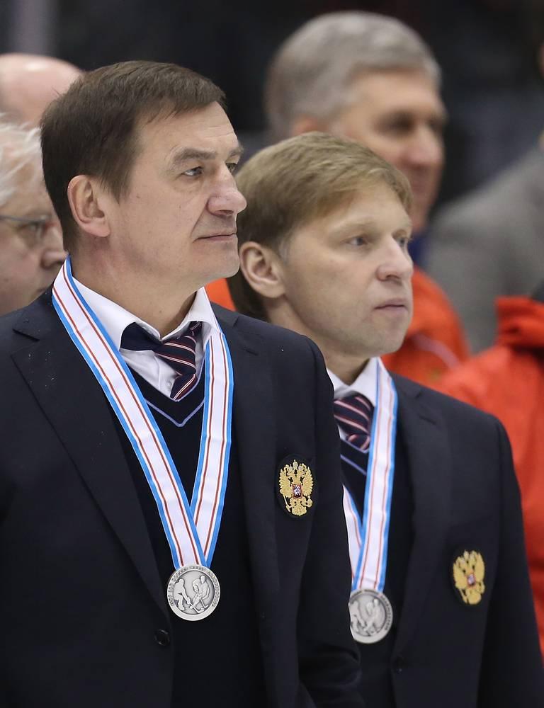 Главный тренер молодежной сборной России по хоккею Валерий Брагин (слева)