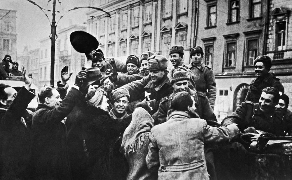 Жители Кракова приветствуют советских воинов-освободителей, январь 1945 года