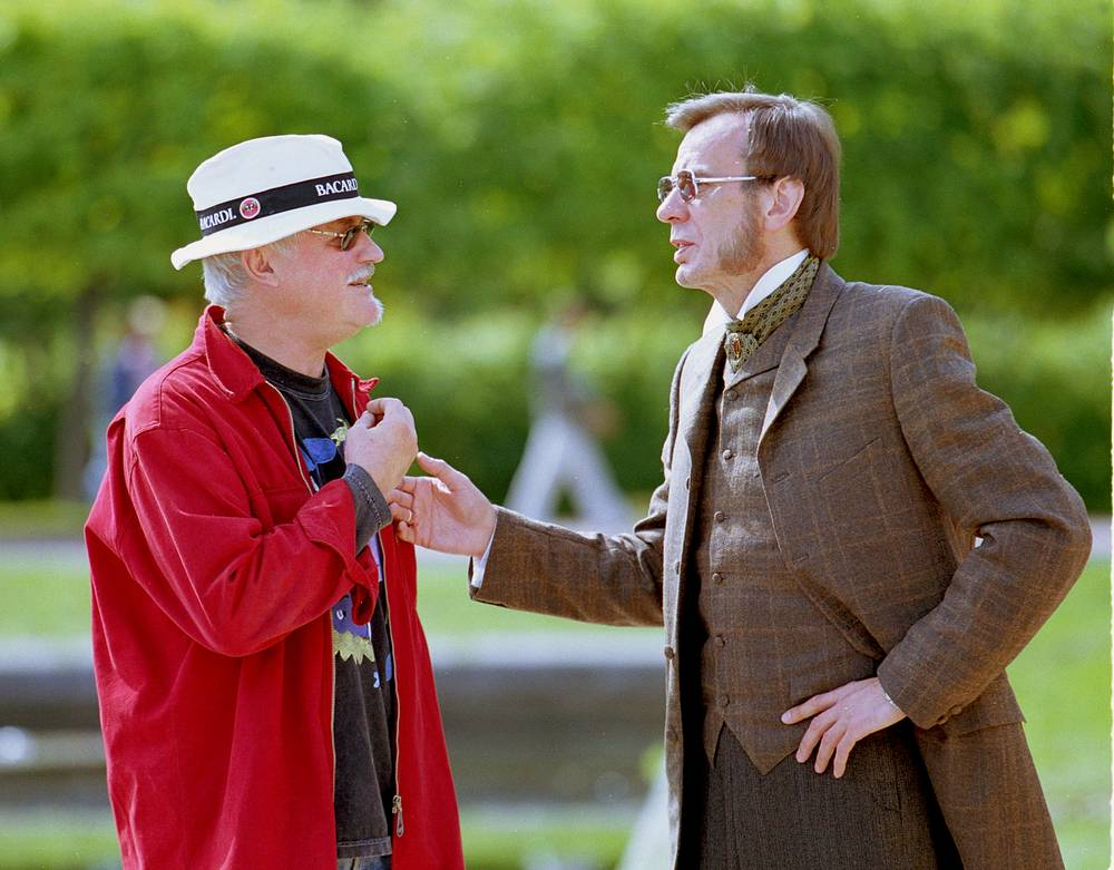 Георгий Тараторкин (на снимке справа) в роли российского императора Александра II и режиссер Александр Орлов (слева). 2002 г.