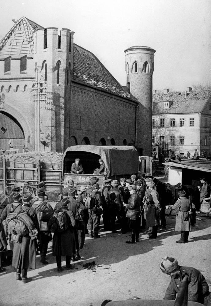 Кенигсберг. Немецкие солдаты сдаются в плен, 1945 год