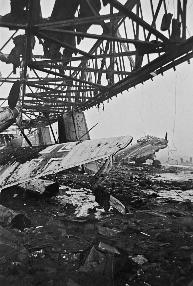Немецкий аэродром после налета советской авиации