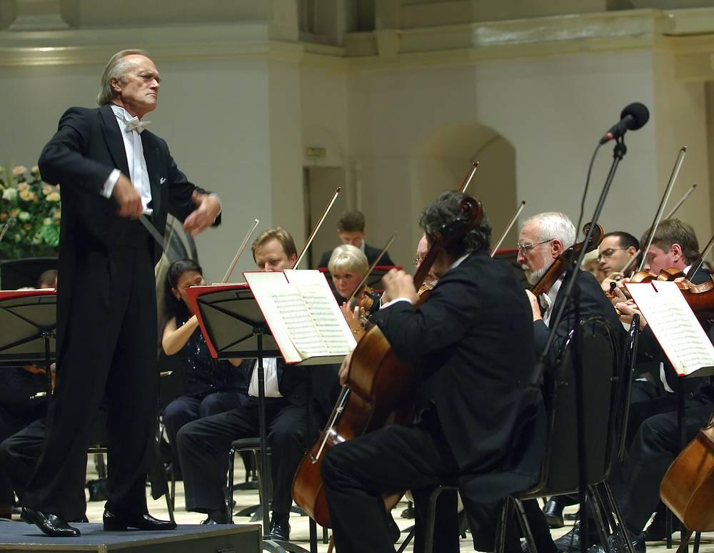 Дирижер Александр Дмитриев (слева) во время выступления с Академическим симфоническим оркестром Санкт-Петербургской филармонии им. Д.Шостаковича, 2006 год