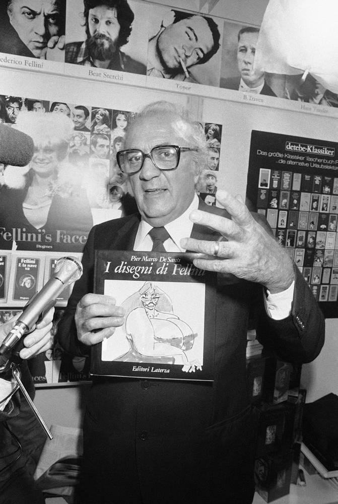 Федерико Феллини во время презентации своей книги рисунков на Франкфуртской книжной ярмарке, 1984 год