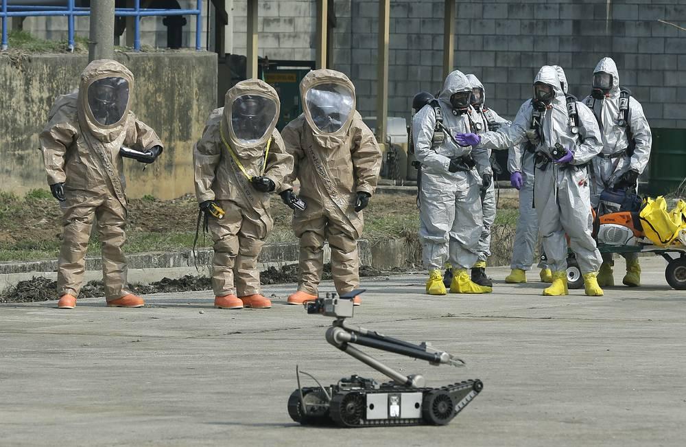 Солдаты 23-го батальона химической службы 2-й пехотной дивизии армии США, дислоцированного в Южной Корее, демонстрируют работу робота-разведчика, 2013 год
