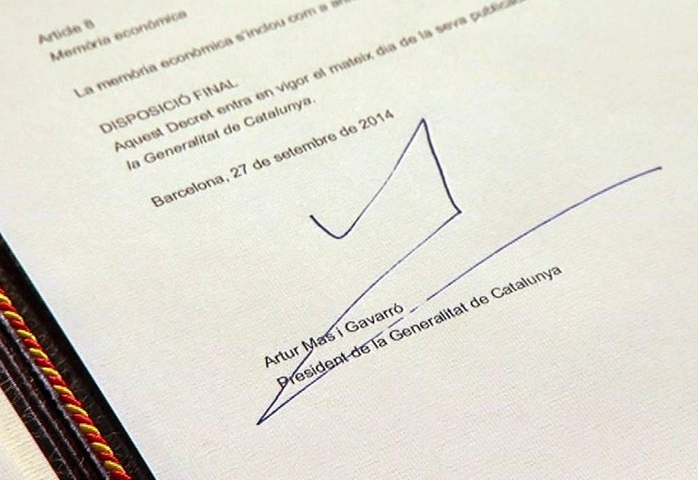 Подпись премьера Каталонии Артура Маса под документом о проведении опроса о независимости региона