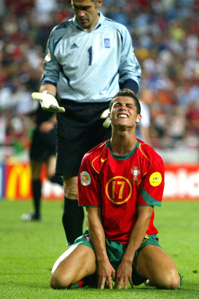 Высшим достижением в составе сборной Португалии для Роналду является финал домашнего чемпионата Европы 2004 года. В решающем матче хозяева турнира проиграли команде Греции - 0:1