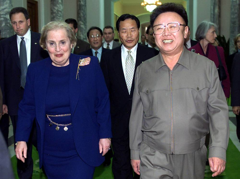 Мадлен Олбрайт занимала пост главы Госдепартамента во время второго президентского срока Билла Клинтона с 1997 по 2001 год. Она стала первой в истории женщиной на этом посту и была сторонницей жесткой внешней политики. В частности, в бытность ее госсекретарем США участвовали в бомбардировках Югославии. На фото: встреча Мадлен Олбрайт с Ким Чен Иром, Пхеньян, 23 октября 2000 года