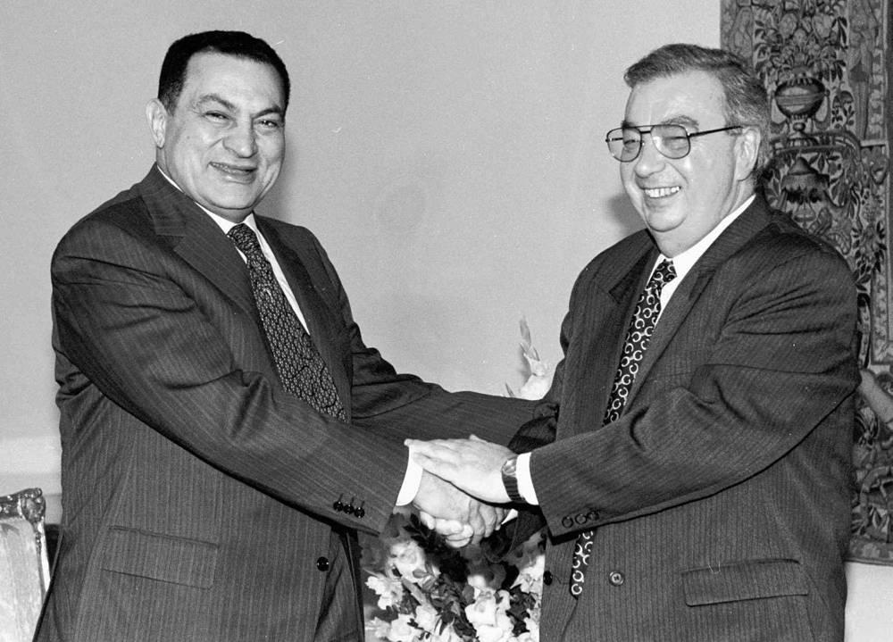 Многое сделал для развития двусторонних отношений глава МИД РФ Евгений Примаков, всю жизнь посвятивший Ближнему Востоку. На фото: президент Египта Хосни Мубарак и Евгений Примаков, 1997 год