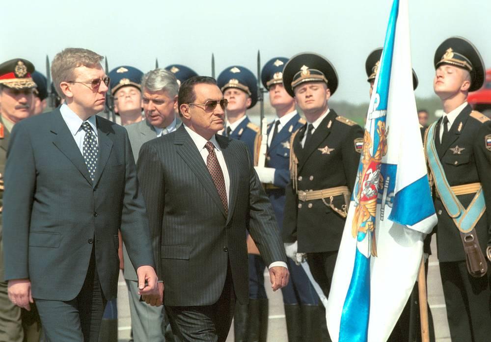 Визит президента Египта Хосни Мубарака в Москву, 2001 год. На фото: Мубарака встречают заместитель председателя правительства РФ Алексей Кудрин (слева) и другие официальные лица
