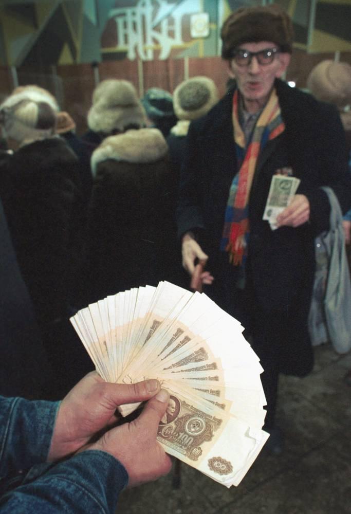 """22 января 1991 года президент СССР Михаил Горбачев подписал указ """"О прекращении приема к платежу денежных знаков Госбанка СССР достоинством 50 и 100 рублей образца 1961 года и ограничении выдачи наличных денег со вкладов граждан"""". На фото: в Киевском отделении Сбербанка города Москвы на следующее утро после указа"""