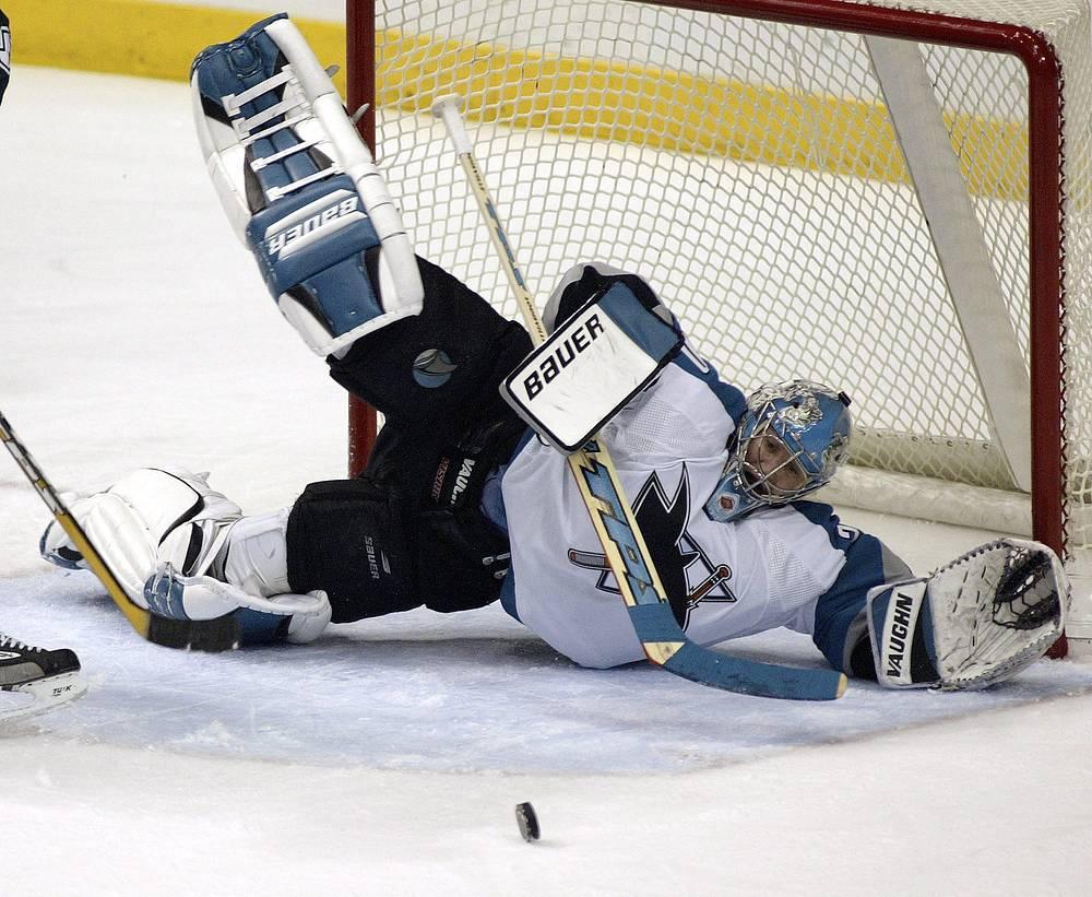 """Большую часть карьеры Евгений Набоков провел в НХЛ, выступая за """"Сан-Хосе Шаркс"""". По итогам сезона-2000/01 вратарь получил приз лучшему новичку лиги"""