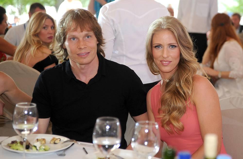Теннисистка Елена Дементьева замужем за хоккеистом Максимом Афиногеновым. В 2014 году у пары родилась дочь Вероника