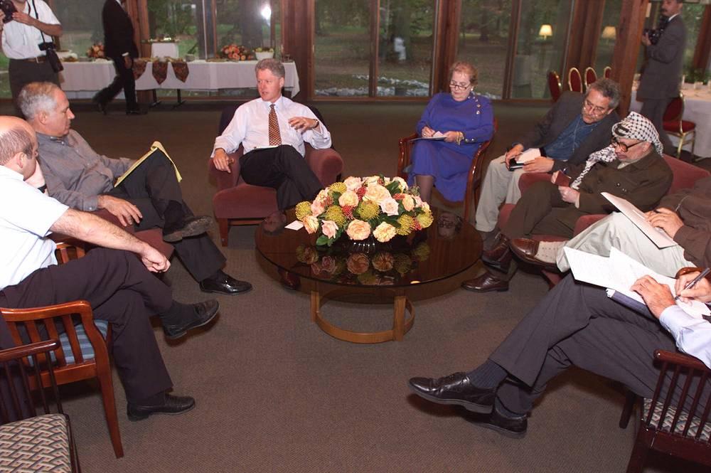 Палестино-израильские переговоры перед подписанием меморандума Уай-Ривер в октябре 1998 года проходили в Вашингтоне в течение нескольких дней, один из раундов длился практически сутки. На фото: президент США Билл Клинтон и госсекретарь Мадлен Олбрайт участвуют в переговорах между премьер-министром Израиля Биньямином Нетаньяху и палестинским лидером Ясиром Арафатом