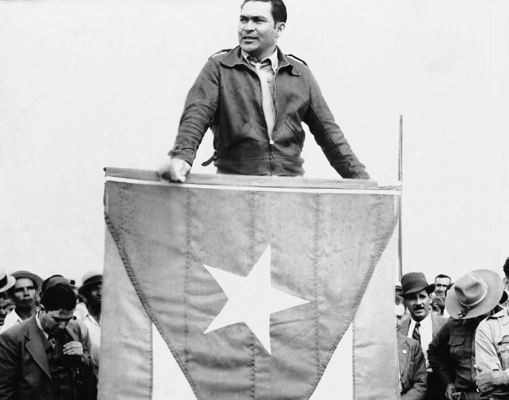 1 января 1959 года в результате Кубинской революции был свергнут и бежал из страны кубинский диктатор Фульхенсио Батиста, захвативший власть путем переворота в 1952 году. Сначала он отправился в Доминиканскую Республику, затем жил в Португалии и Испании. Умер 6 августа 1973 года в Испании. На фото : Фульхенсио Батиста произносит речь в Гаване, 21 декабря 1936
