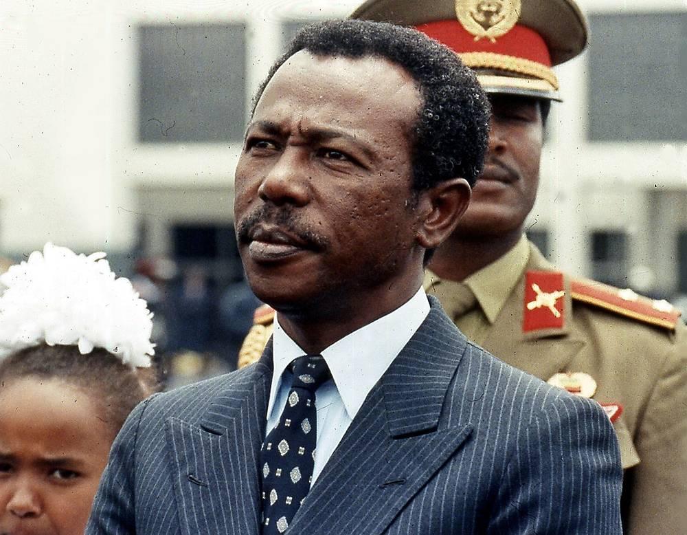 21 мая 1991 года из Эфиопии бежал Менгисту Хайле Мариам, находившийся у власти с 1977 года. Накануне захвата Аддис-Абебы вооруженными отрядами оппозиции он покинул страну, найдя пристанище в Зимбабве, где проживает по сей день. В Эфиопии Менгисту Хайле Мариам был признан виновным в геноциде, внесудебных казнях и незаконных конфискациях имущества и приговорен к пожизненному заключению. Однако власти Зимбабве отказываются экстрадировать его. На фото: Менгисту Хайле Мариам в Эфиопии, 9 августа 1990 года