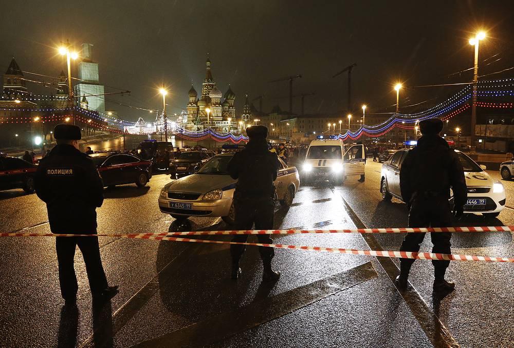 Сотрудники полиции на Большом Москворецком мосту, где был застрелен политик Борис Немцов