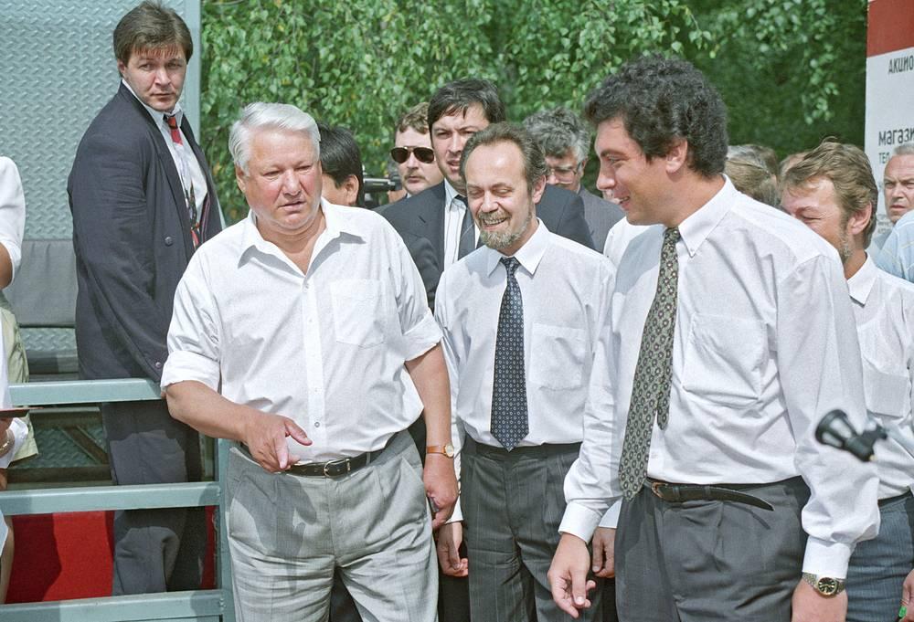 Президент РФ Борис Ельцин и глава администрации Нижнего Новгорода Борис Немцов (слева направо) во время поездки Ельцина в Нижегородскую область, 1994 год