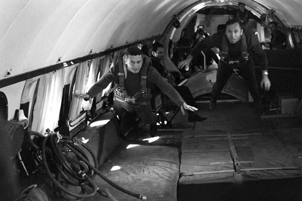 """Космонавты Владислав Волков и Виктор Горбатко во время тренировки в условиях невесомости. Горбатко совершил три космических полета. 12-17 октября 1969 г. был инженером-исследователем корабля """"Союз-7"""" по программе группового полета трех кораблей с """"Союзом-6"""" и """"Союзом-8"""" (планируемая стыковка с """"Союзом-8"""" была отменена). 7-25 февраля 1977 г. совершил полет в качестве командира корабля """"Союз-24"""" на станцию """"Союз-5"""". 23-31 июля 1980 г. был командиром корабля """"Союз-37"""" по программе экспедиции посещения станции """"Салют-6"""". Отчислен из отряда 28 августа 1982 г."""